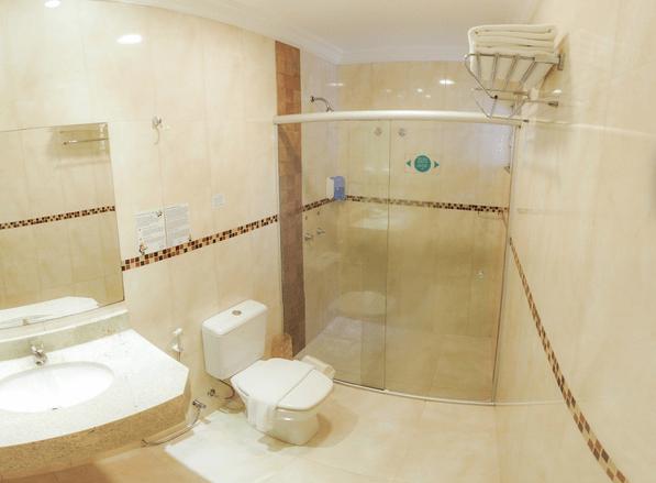 Banheiro de quarto do Del Rey Quality Hotel