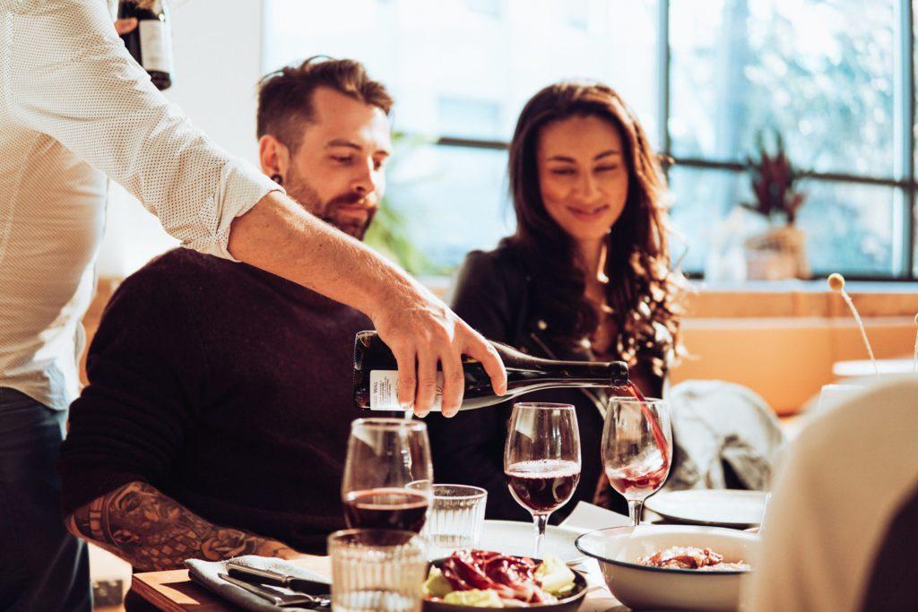 Casal num restaurante