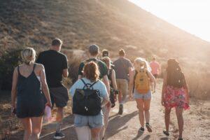 Grupo de viagem caminhando