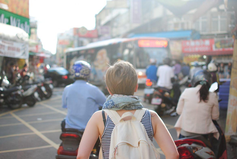 Mulher andando em meio a trânsito movimentado do Paraguai