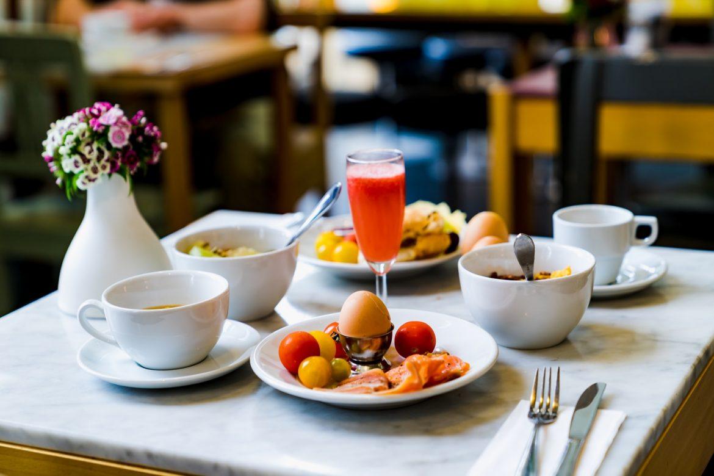 Mesa de café da manhã em hotel