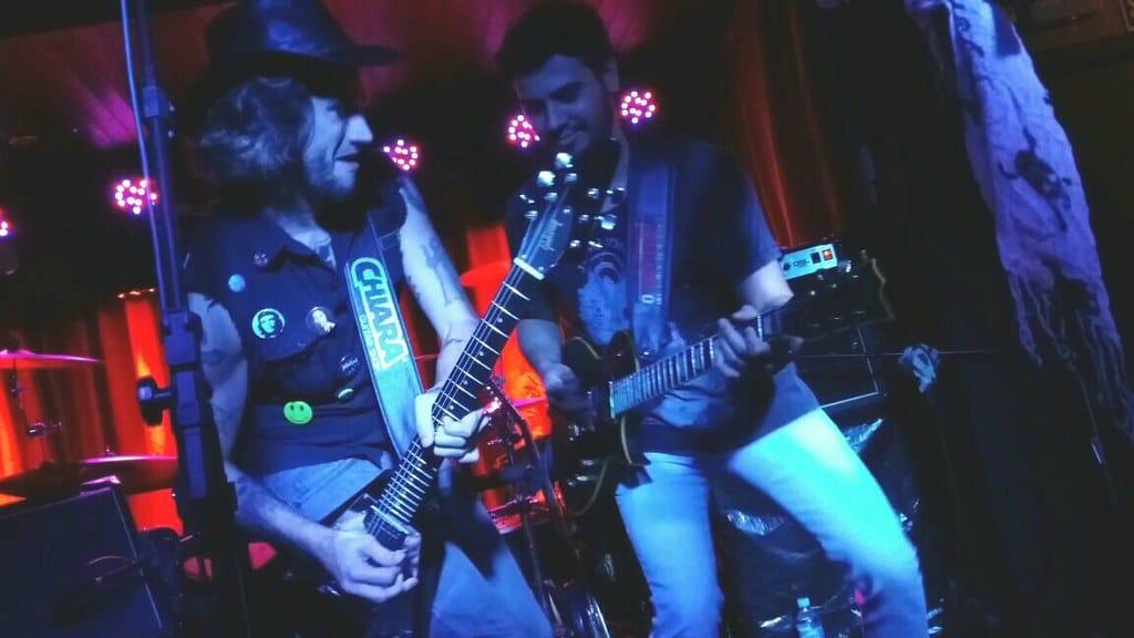 Músicos tocando ao vivo no Zeppelin Old Bar em Foz do Iguaçu