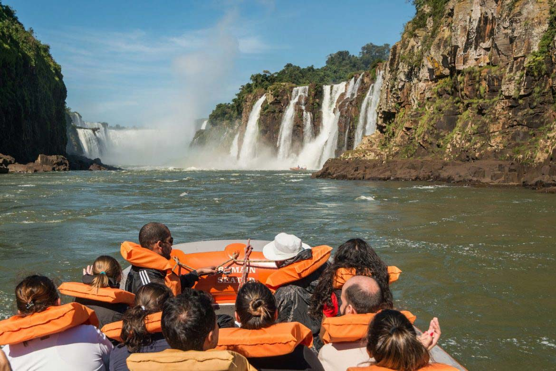 Bote do Macuco Safari próximo às Cataratas