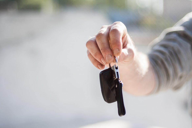 Pessoa segurando chaves de carro alugado