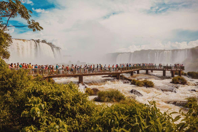 Pessoas visitando as Cataratas do Iguaçu