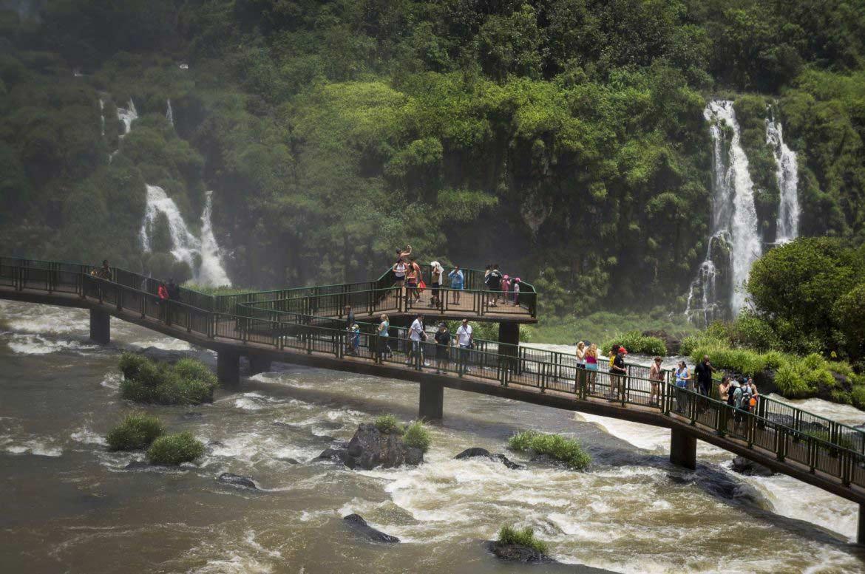 Turistas na passarela das Cataratas do Iguaçu