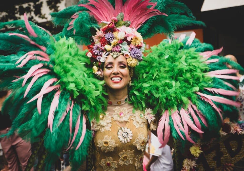 Passista vestida com fantasia de carnaval