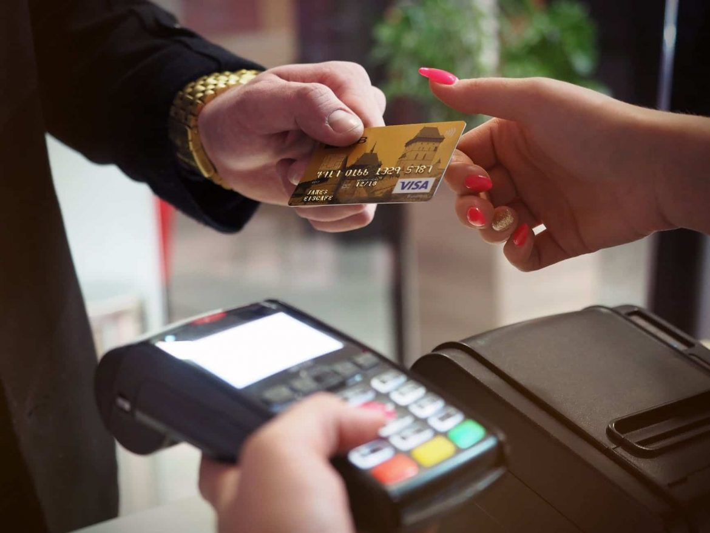 Homem pagando com cartão de crédito