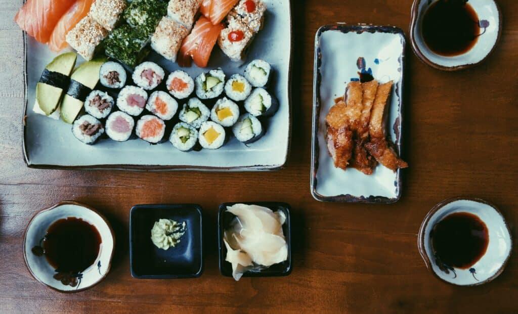 Mesa com comidas japonesas em um restaurante japonês em Foz do Iguaçu