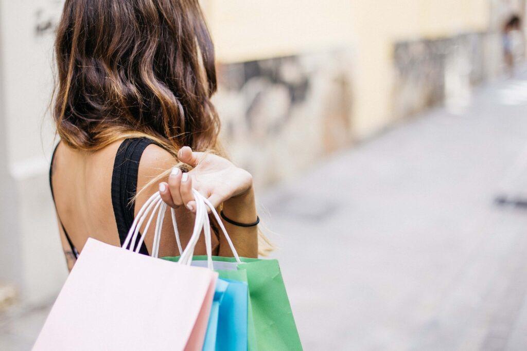Mulher com várias sacolas com compras