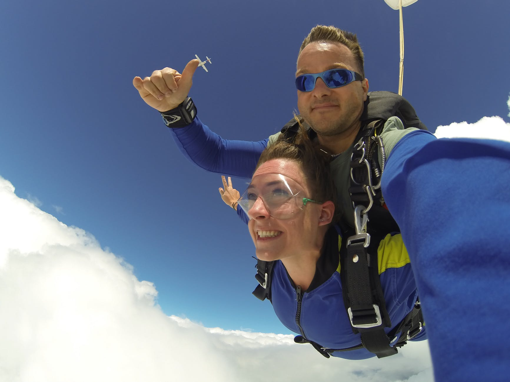 Casal saltando de paraquedas