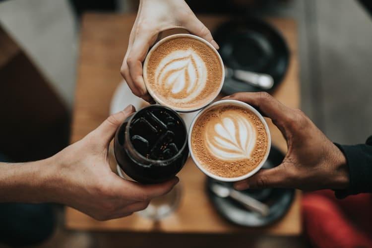 Pessoas brindando com café
