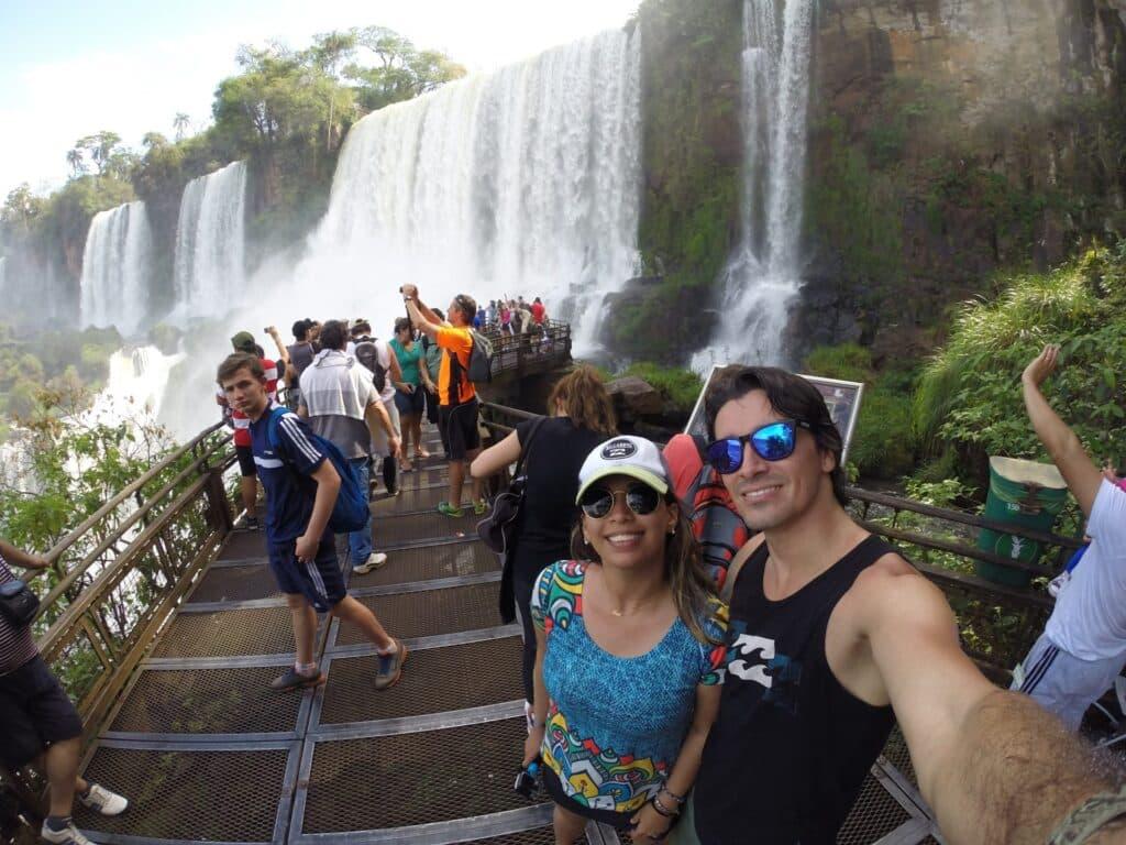 Turistas tirando selfie nas Cataratas do Iguaçu