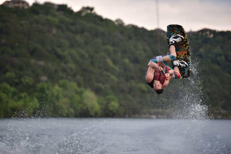 Homem praticando wakeboard