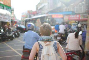 mulher viajando sozinha em uma viagem barata