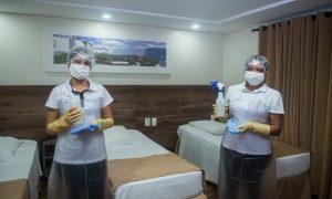 Camareiras do Del Rey Quality Hotel higienização os quartos - Higiene e Segurança na Hotelaria