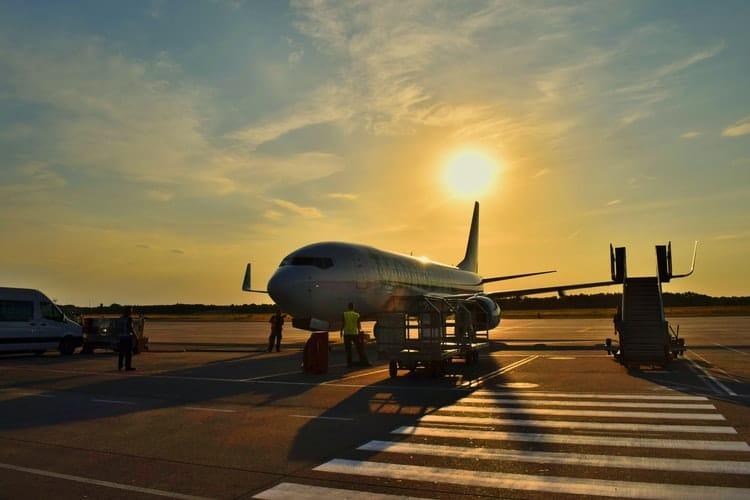 Avião em pista de aeroporto em Foz do Iguaçu