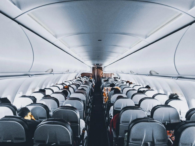 Pessoas em voo comercial