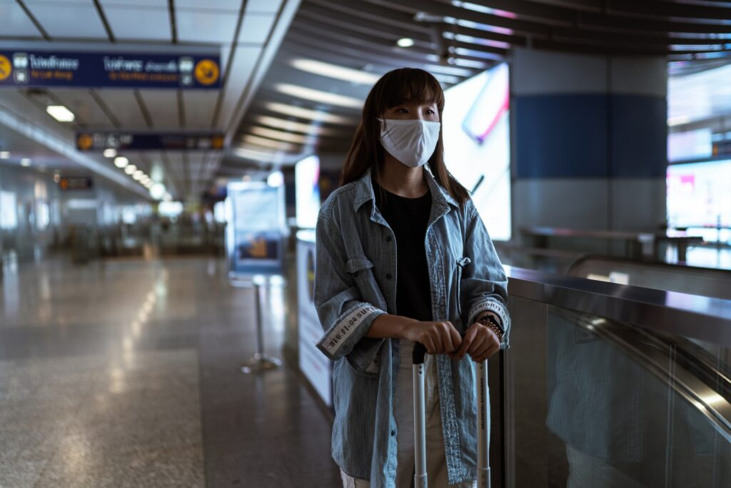 Mulher usando máscara em aeroporto