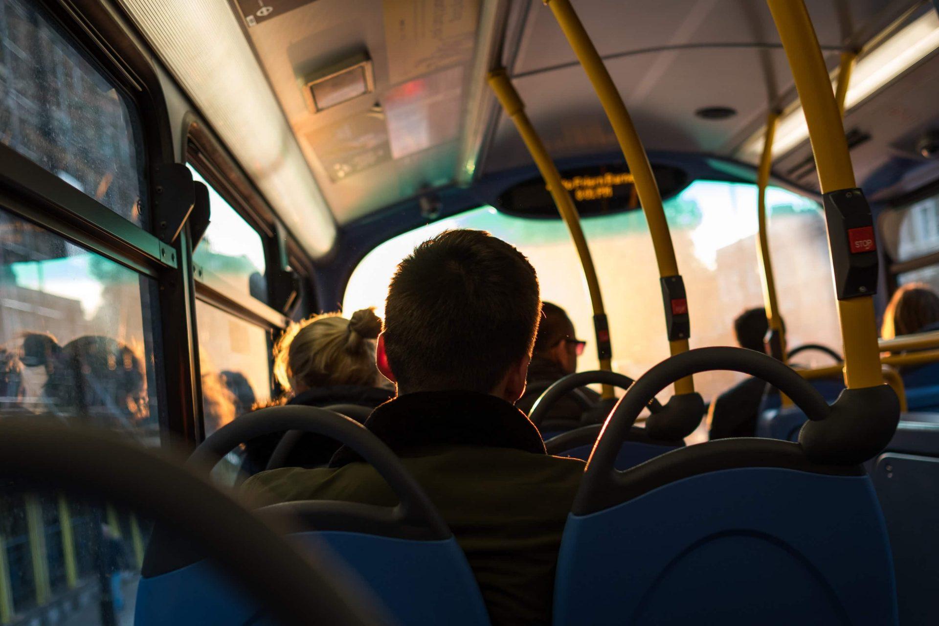 Homem andando de ônibus em Foz do Iguaçu