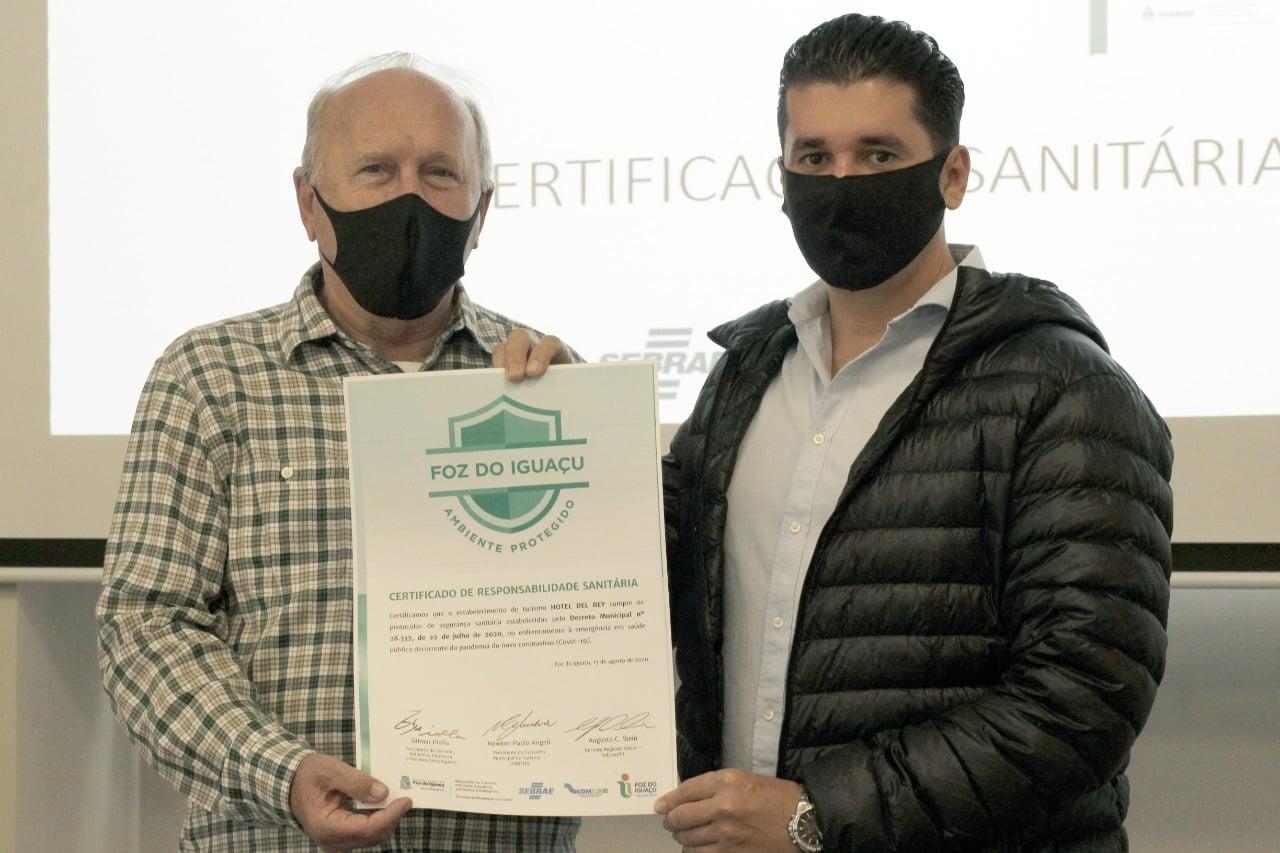 Selo de Ambiente Protegido - Presidente Sindhotéis Neuso Rafagnin e nosso diretor Jaime Mendes
