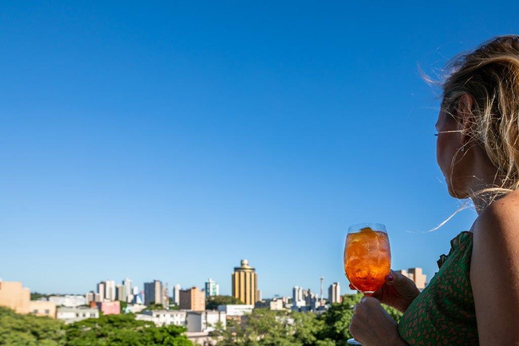 Drink na piscina do hotel no por do sol de Foz do Iguaçu