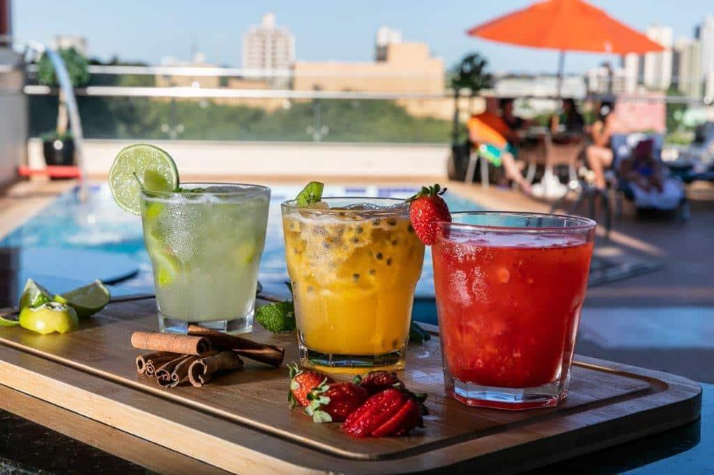 Drinks na piscina do Del Rey Quality Hotel, com nascer do sol exclusivo.
