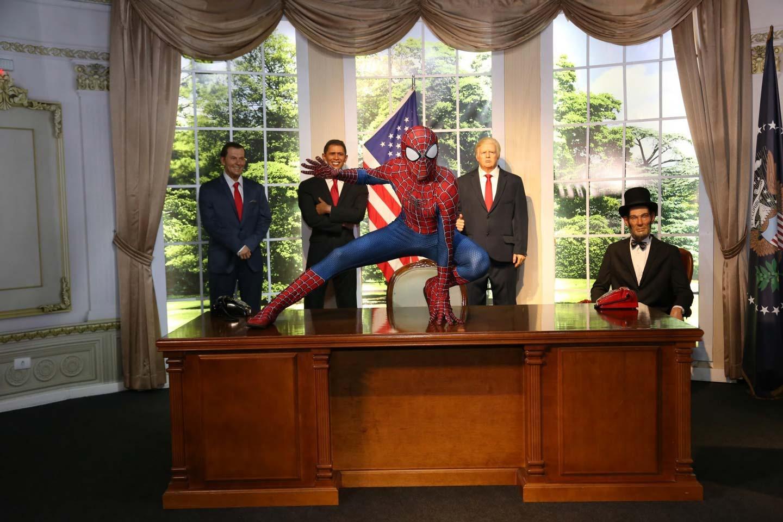 Homem Aranha e presidentes americanos em réplica da casa branca no Dreamland Foz do Iguaçu