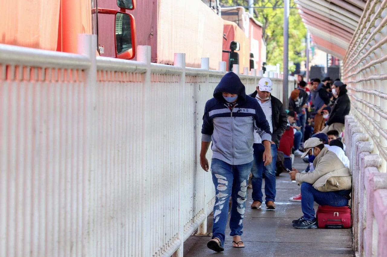 Pedestre atravessando a ponte da amizade na pandemia