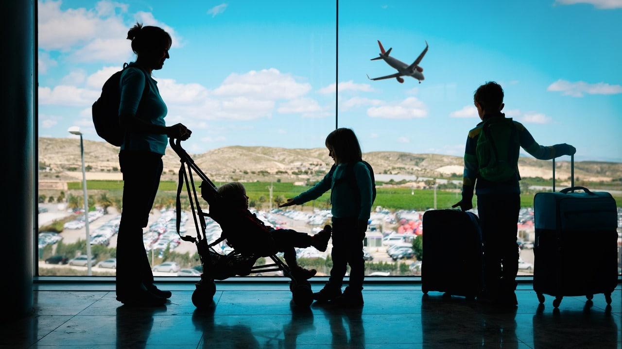 Família esperando para viajar no aeroporto - 2021 ano para viajar